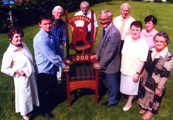 Iwan Price (ail o'r chwith) yn cyflwyno'r Gadair i aelodau Pwyllgor Eisteddfod Llanwrtyd 2000.